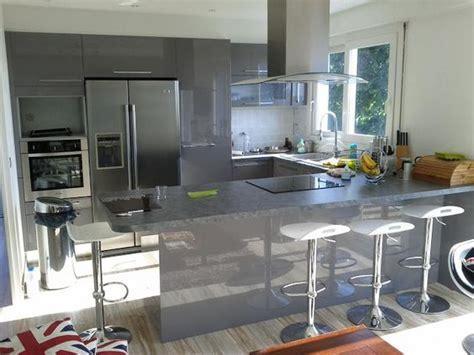 cuisine et cave cuisine en u laquée gris brillant cuisine design avec