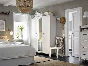 Brusali Kleiderschrank Ikea : ein kleines schlafzimmer u a mit 3 t rigem brusali kleiderschrank 3 t rig in wei wohnen ~ Eleganceandgraceweddings.com Haus und Dekorationen
