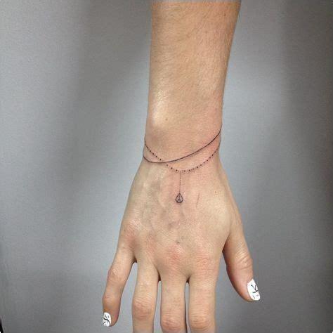 tatouage bracelet prenom poignet femme modele tatouage