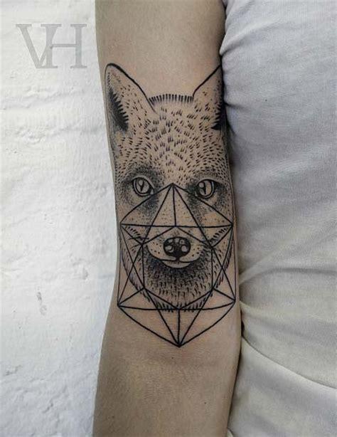 tatouage tete de jeune loup avec forme geometrique inkage