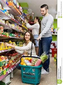 Lebensmittel Vorrat Kaufen : kunden die lebensmittel im supermarkt kaufen stockfoto bild 55050483 ~ Eleganceandgraceweddings.com Haus und Dekorationen