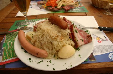 recettes cuisine alsacienne traditionnelle file choucroute garni jpg wikimedia commons