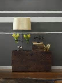 schlafzimmer einrichten ideen grau wei braun wohnzimmer ideen braun zimmerfarben gestalten horizontale streifen in grau wei kasten