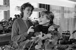 Margaux Hemingway with her older sister Joan, nicknamed ...