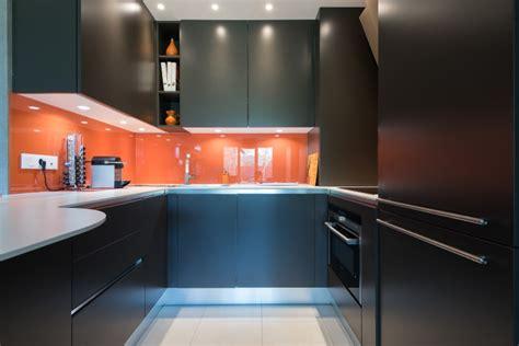 chambre avec salle de bain ouverte et dressing cuisne en u ouverte sur salon et salle à manger