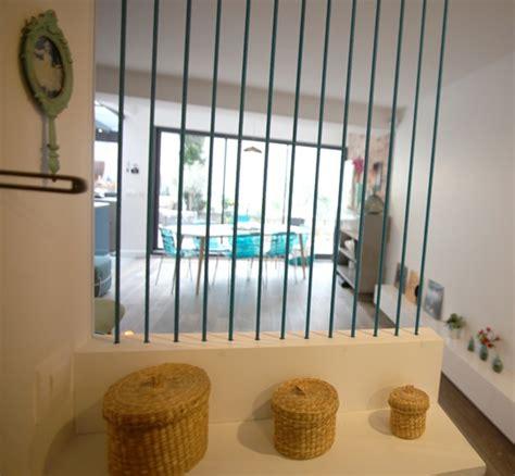 chambre avec salle de bain ouverte et dressing idée astucieuse pour séparer d entrée et salon