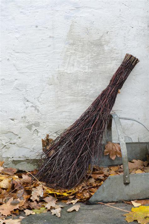 Garten Aufgaben Im Herbst by Aufgaben Im Garten Mit Weidenbesen Stockbild Bild