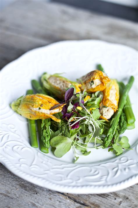 cuisiner courgettes poele fleurs de courgettes farcies au couscous basilic fromage de chèvre