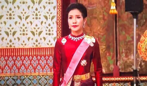 Se trata del primer caso de poligamia oficial de un monarca tailandés desde el año 1921, cuando esa tradición fue abandonada en favor de. A View from the Beach: It's Good To Be the King!