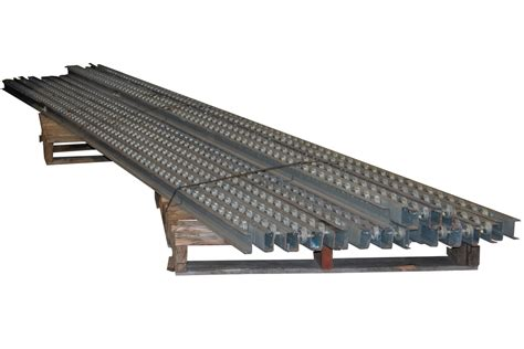 dual wheel staggered pallet flow rails