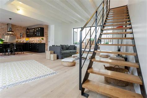 d馗o cuisine industrielle pièce à vivre avec cuisine industrielle et grand escalier moderne