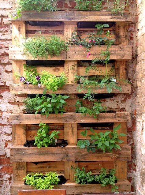 vertikales gaertnern bepflanzte paletten berlingarten