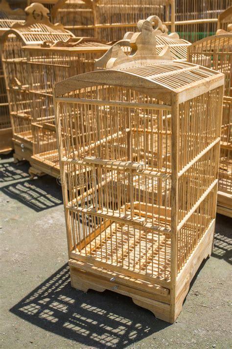 gabbie di legno gabbie di legno per gli uccelli al mercato di pasar ngasem