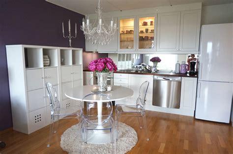 ikea table cuisine blanche étagères ikea kallax en 55 idées de rangement pratiques