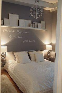 8 Ideen Fuer Runde Bett Im Schlafzimmerminimalistischen Weissen Runde Betten by Bilderleiste An Der Wand Hinter Dem Bett Im Schlafzimmer