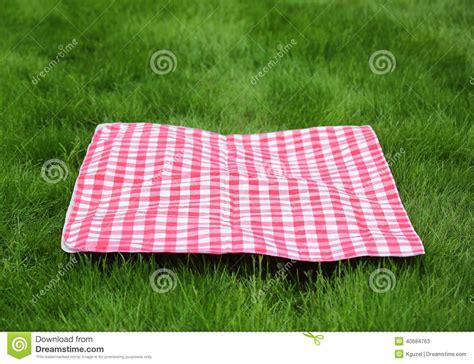 nappe de pique nique r 233 tro nappe de pique nique sur l herbe verte photo stock image 40684763