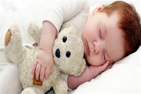 bébé dort dans sa chambre photo bébé qui dort bébé et décoration chambre bébé