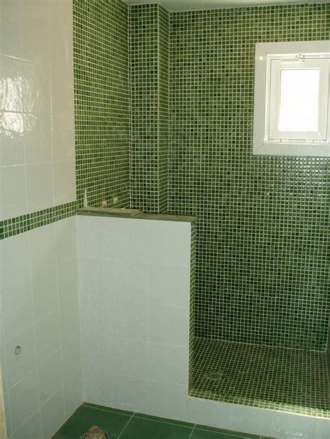 bano gresite verde en combinacion  azulejo blanco