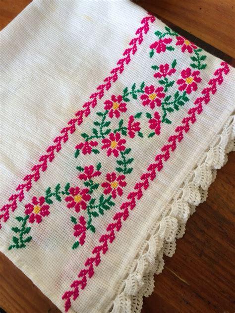 servilleta en cuadrille con bordado en punto de y orilla tejida en crochet bordados