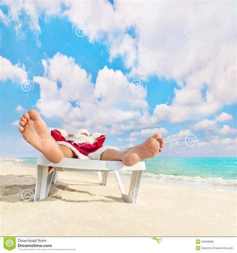 la chaise santa rosa santa claus ont le repos d 39 e dans la chaise longue sur la