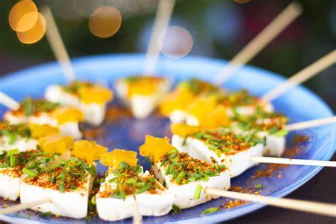 canapé pour apéro brochettes de fromage en forme de sapin pour l 39 apéritif