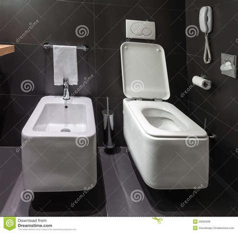 toilette et bidet modernes dans la salle de bains image libre de droits image 29565696