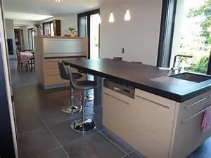 Cuisine avec ilot equipee et table haute yves clement for Petite cuisine équipée avec meuble de rangement salle a manger pas cher