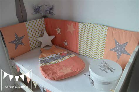 chambre taupe décoration chambre bébé fille et linge de lit corail