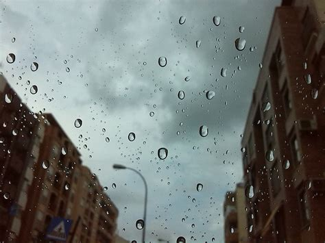 photo rain drops city streets drizzle