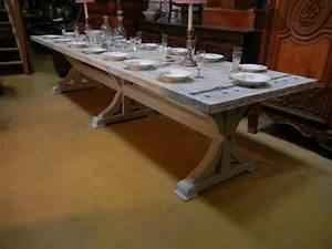 Une grande table a manger pour accueillir tous ses amis for Salle À manger contemporaineavec grande table À manger