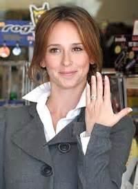 foto de Jennifer Love Hewitt nos enseña su centenario anillo de
