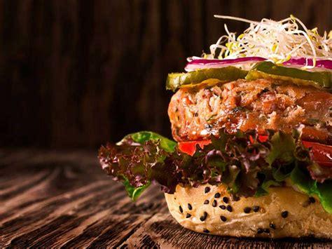 Fuera del ámbito de habla hispana, es más común encontrar la denominación estadounidense burger. Día de la Hamburguesa: ¿Dónde celebrar en CDMX? | Dónde Ir
