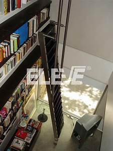 Escalera para Biblioteca en Living de Doble Altura con Guía y Estructura Móvil