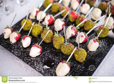 canapé d apéritif canapes mélangés de fingerfood sur la table d 39 apéritif