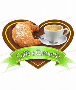 Caffè e cornetto su vassoio a forma di cuore