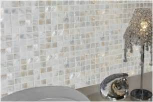 photo carrelage mural salle bains beige gris blanc mosaique