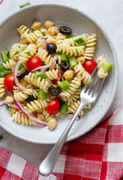 I love having easy recipes to make at any time! QUICK & EASY VEGAN PASTA SALAD - THE SIMPLE VEGANISTA