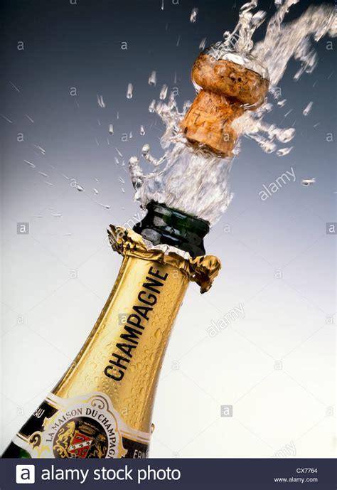 champagner flasche mit korken auftauchen stockfoto bild