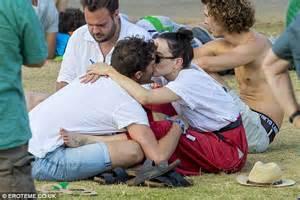 tom bateman partner daisy ridley shares a kiss with boyfriend tom bateman at