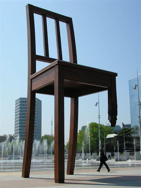 chaise cassée chaise cassée