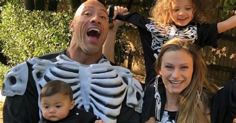 dwayne johnson  su familia los esqueletos mas divertidos de este halloween