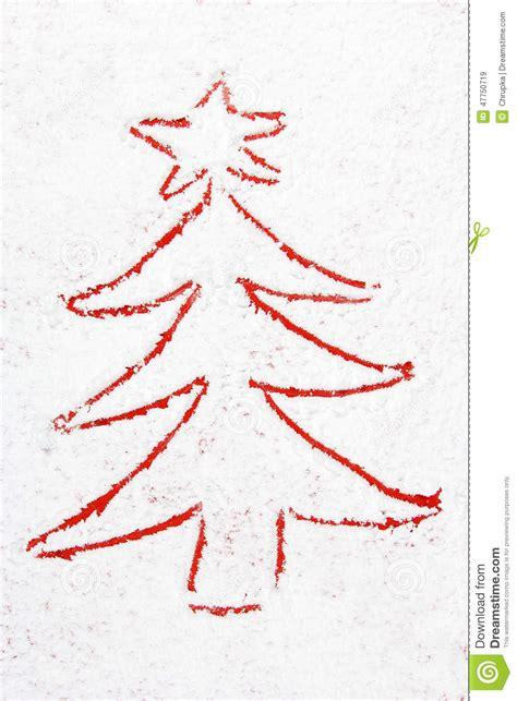 roter weihnachtsbaum gezeichnet in den schnee stockbild