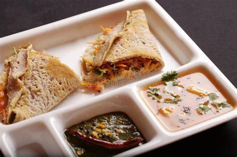 这道菜源自印度南部。 它是用面粉做成的。 有些印度煎饼里面放了鸡蛋、香蕉、奶酪和其他的馅料配着吃。 它有时在印度煎饼上会放一勺雪糕。 它通常是配咖喱一起吃的,但有些人比较喜欢配白糖一起吃。 龙爪稷薄煎饼, Kezhvaragu Dosai,龙爪稷Dosa 库存图片 - 图片 包括有 dosai,龙爪稷 ...