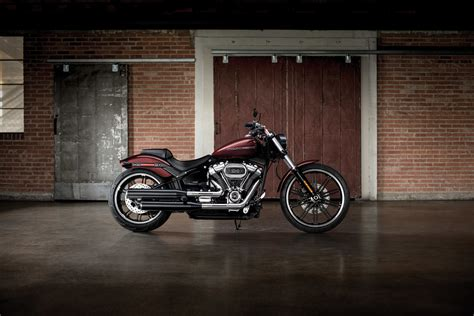 Harley Davidson Breakout Modification by Harley Davidson Cruises Into 2018 With New Models La Times