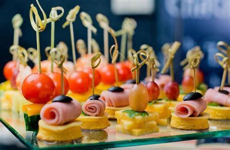 Kādi ēdienu veidi uz svētku galda parāda, ka saimniece ir ...