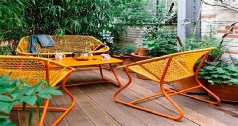 canapé exterieur en palette aménager un balcon et terrasse avec fermob déco cool