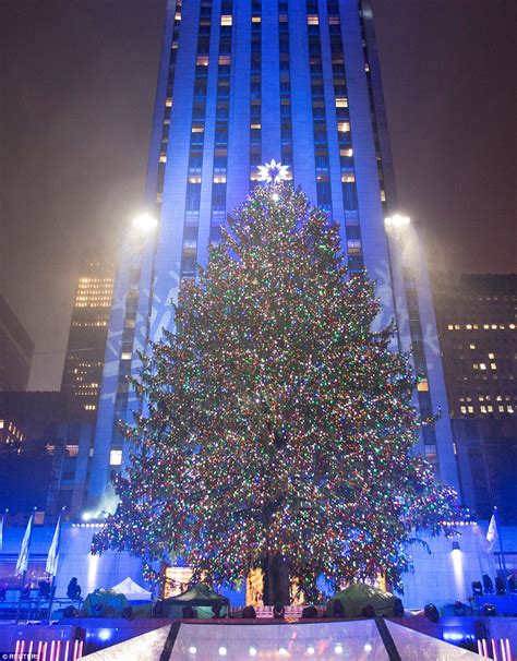 rockefeller christmas tree lights up and officially kicks