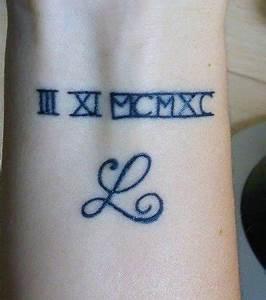Tatouage Chiffre Romain Poignet : photo tatouage bracelet lettre et chiffres romains sur le poignet d 39 une femme ~ Nature-et-papiers.com Idées de Décoration