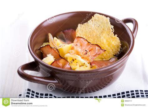 salade de pomme de terre allemande traditionnelle avec le