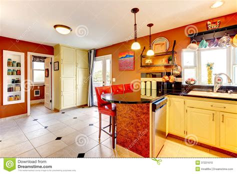 cuisine chaude pièce confortable de cuisine de couleurs chaudes photo